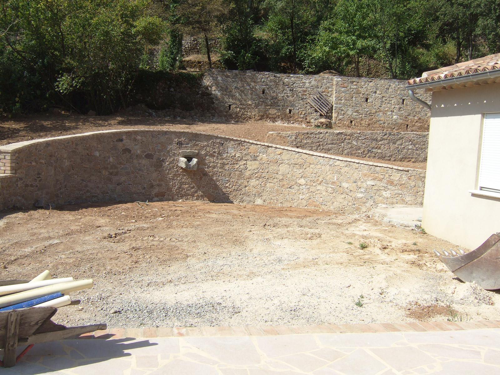 Terrain vierge avant construction de la piscine